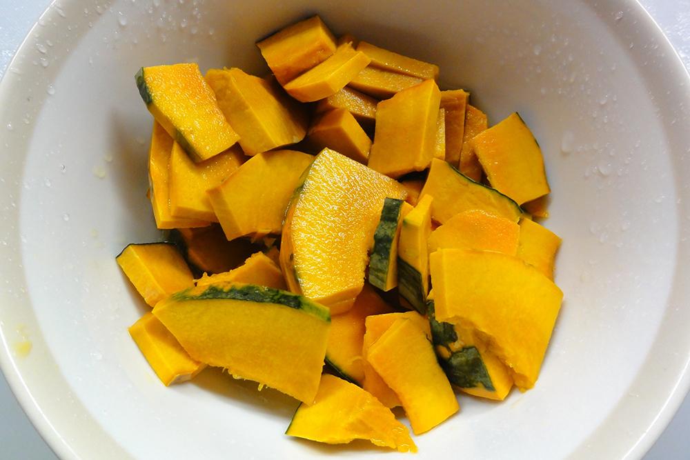 かぼちゃを均等に切ってレンジで3~4分加熱