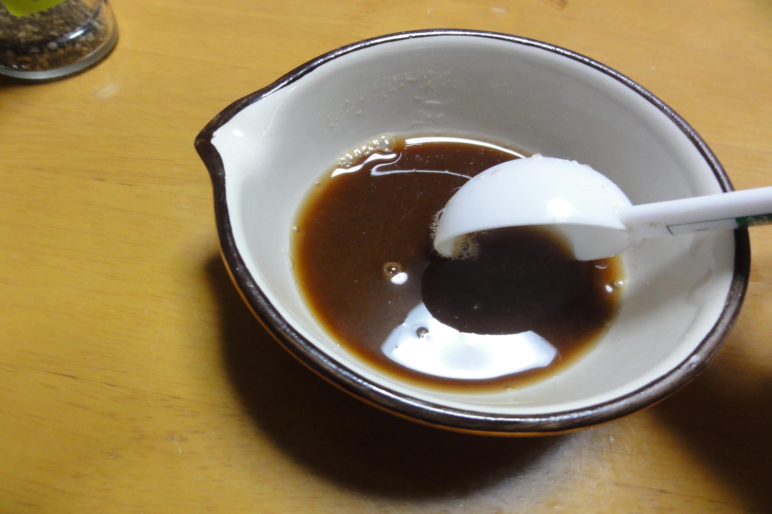 黒糖と水で黒蜜をつくる