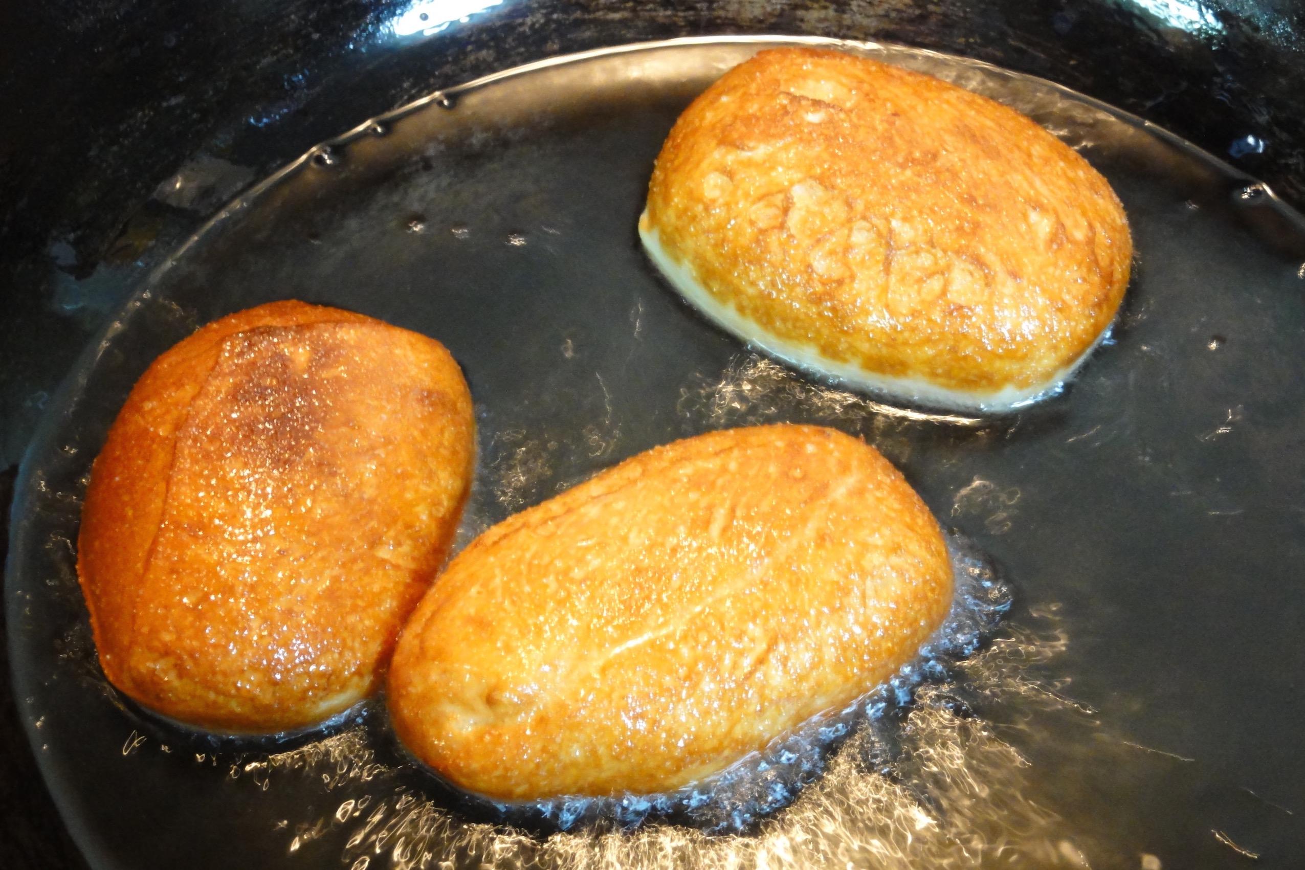 米粉パン生地を揚げる