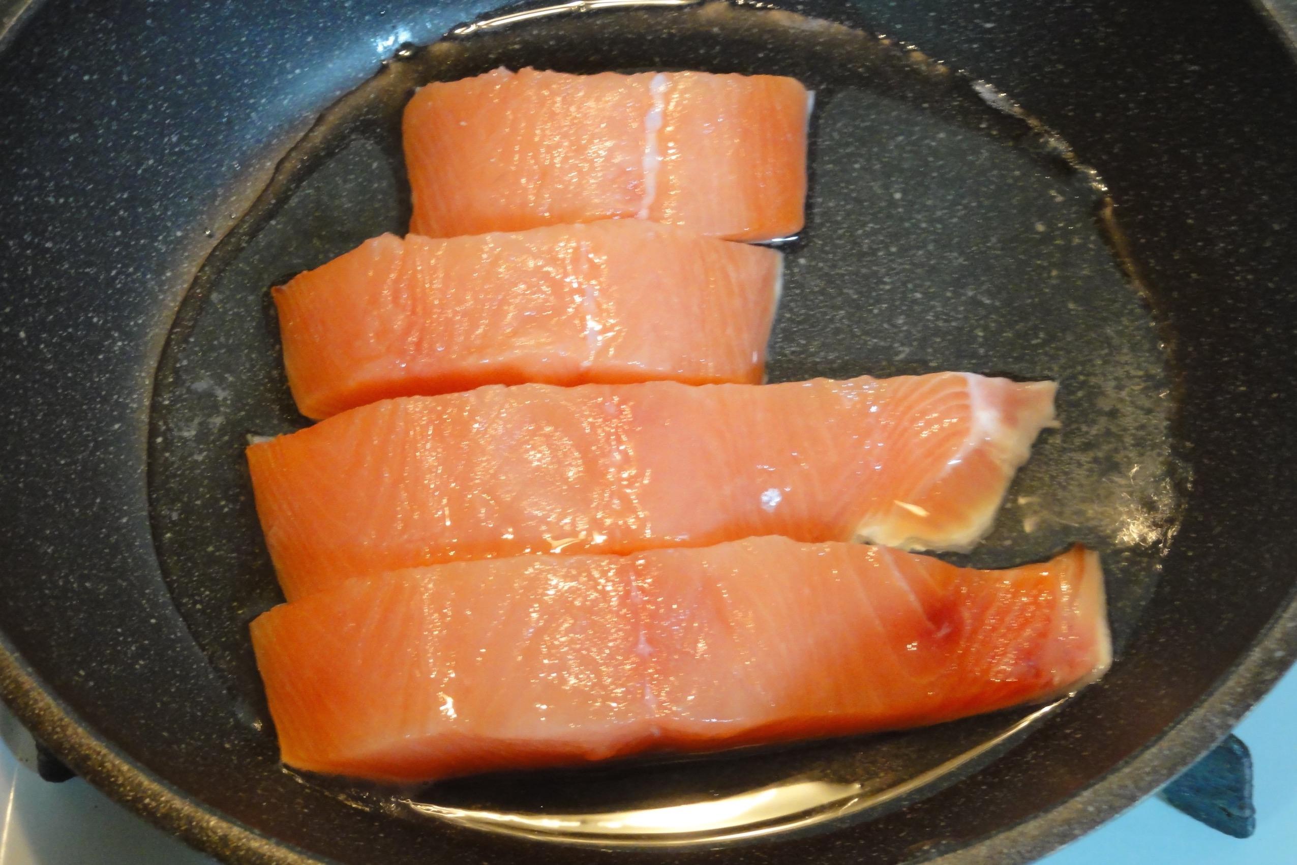 鮭の切り身を焼く