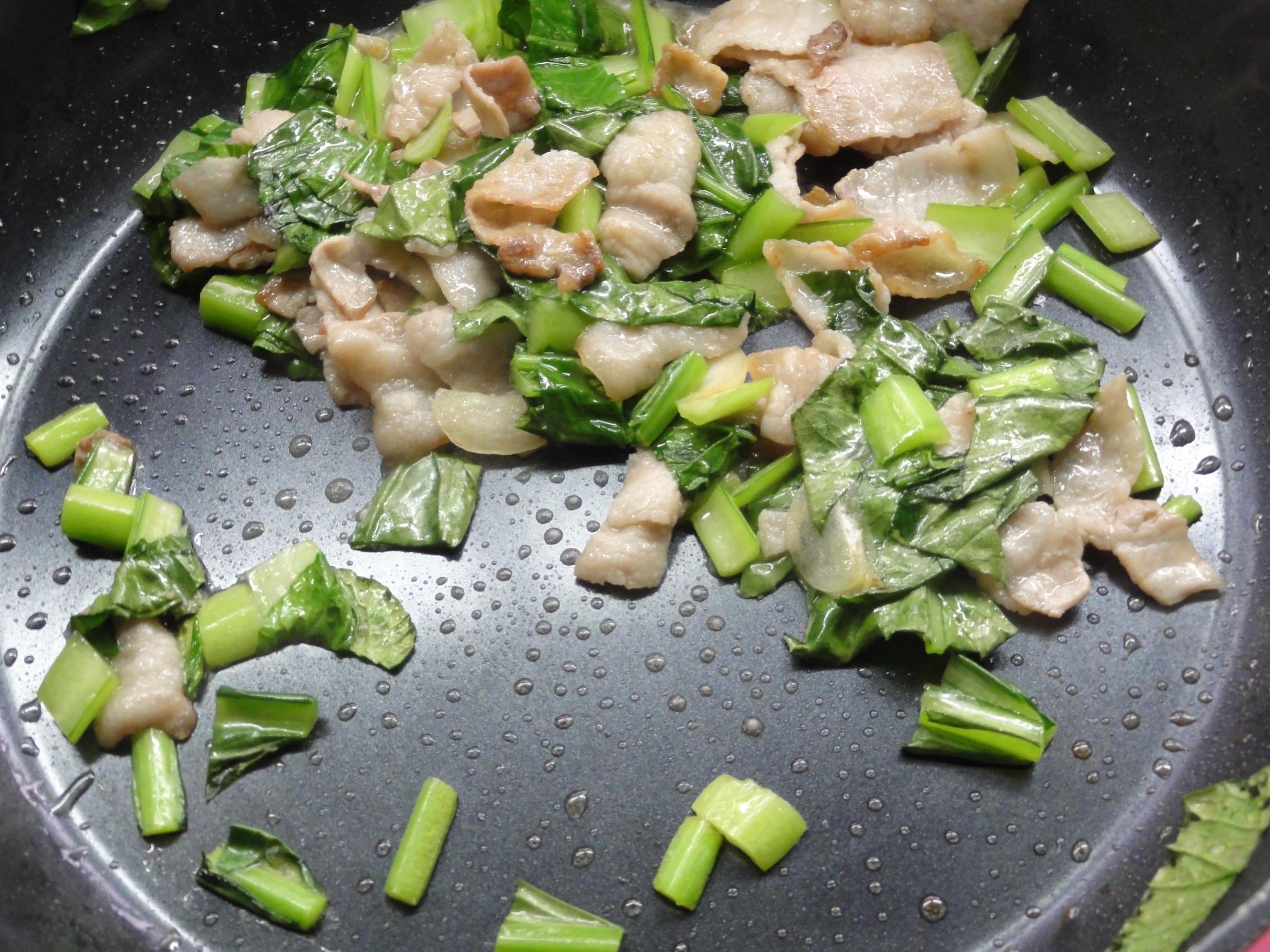 小松菜がしんなりするまで炒める