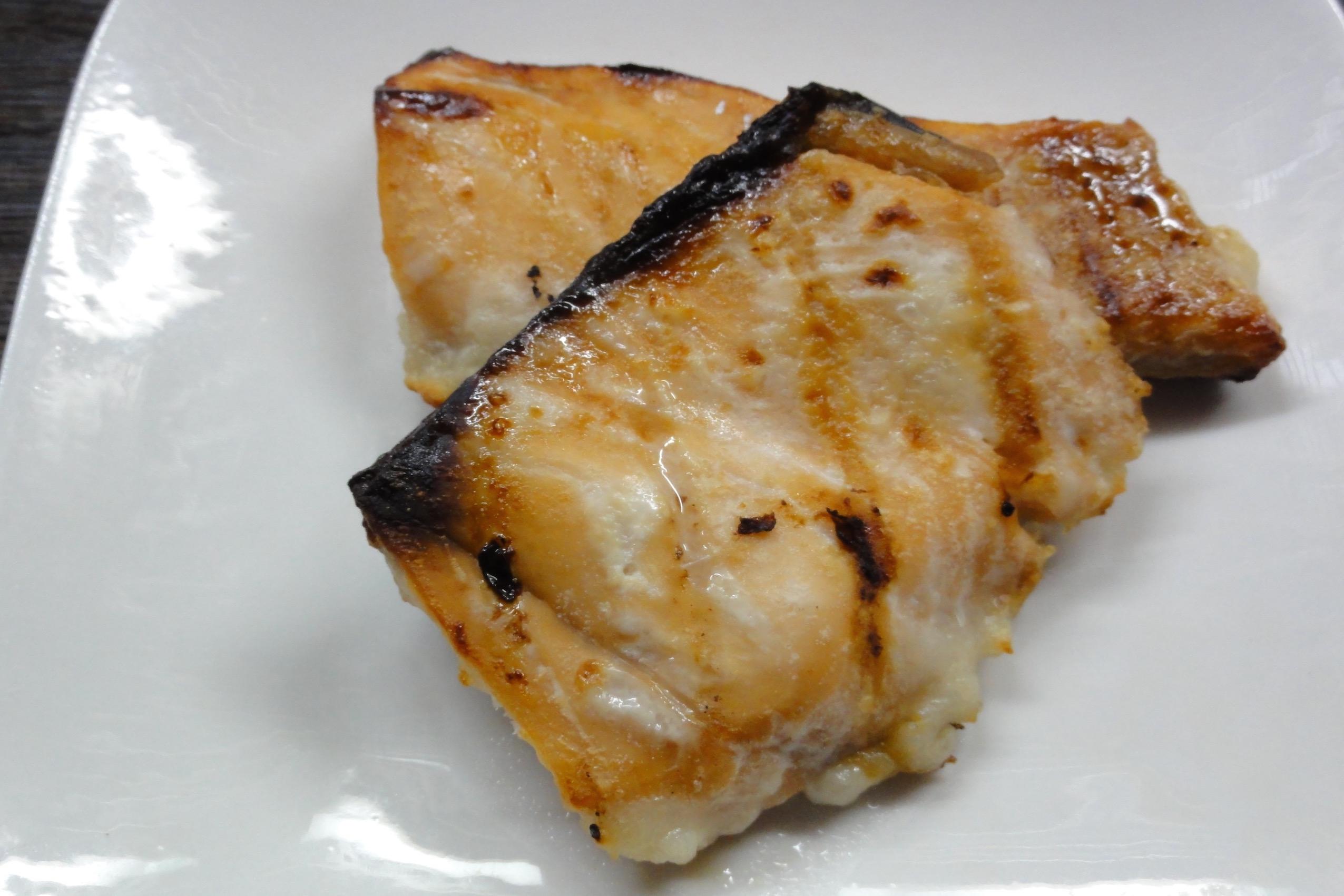 冷凍のまま塩麹鮭を焼く