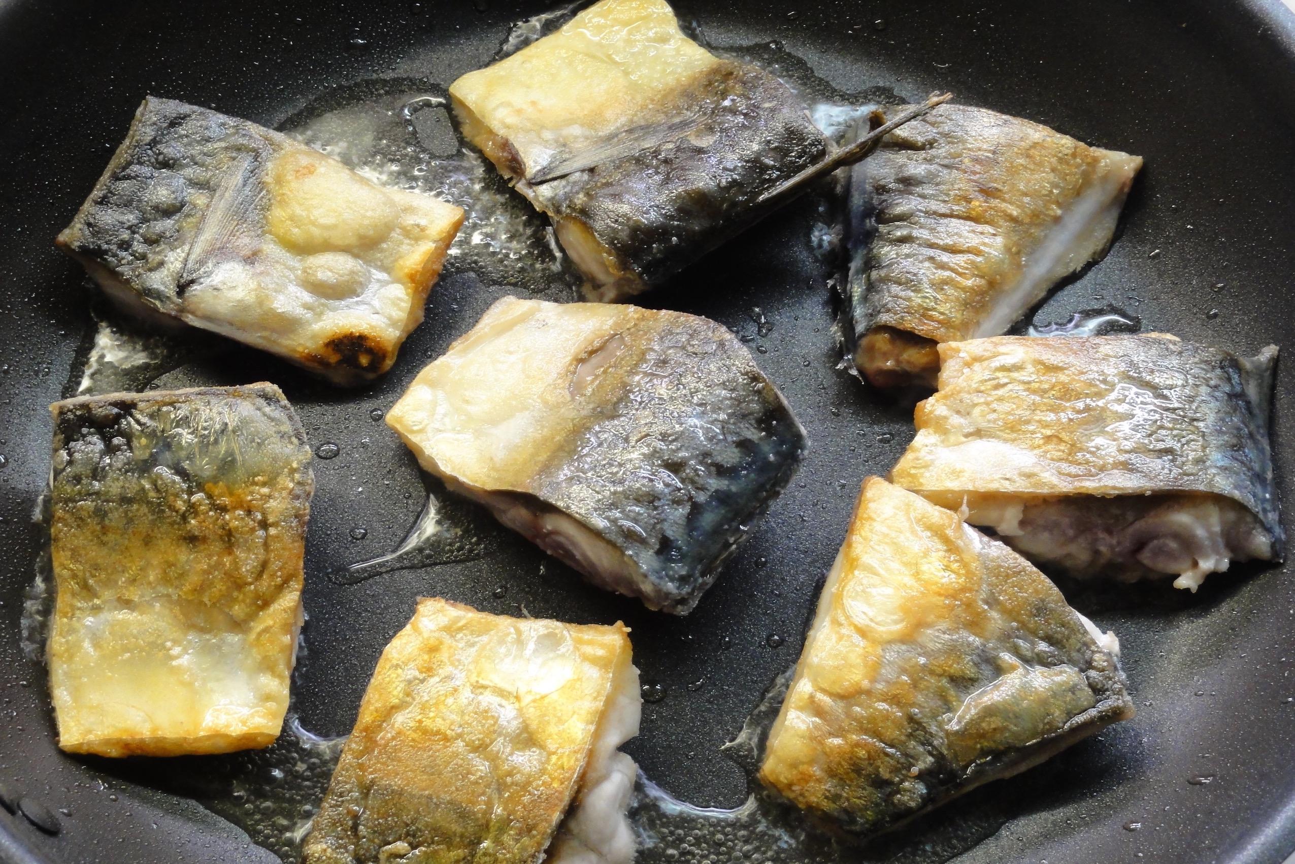 生鯖を揚げ焼きする