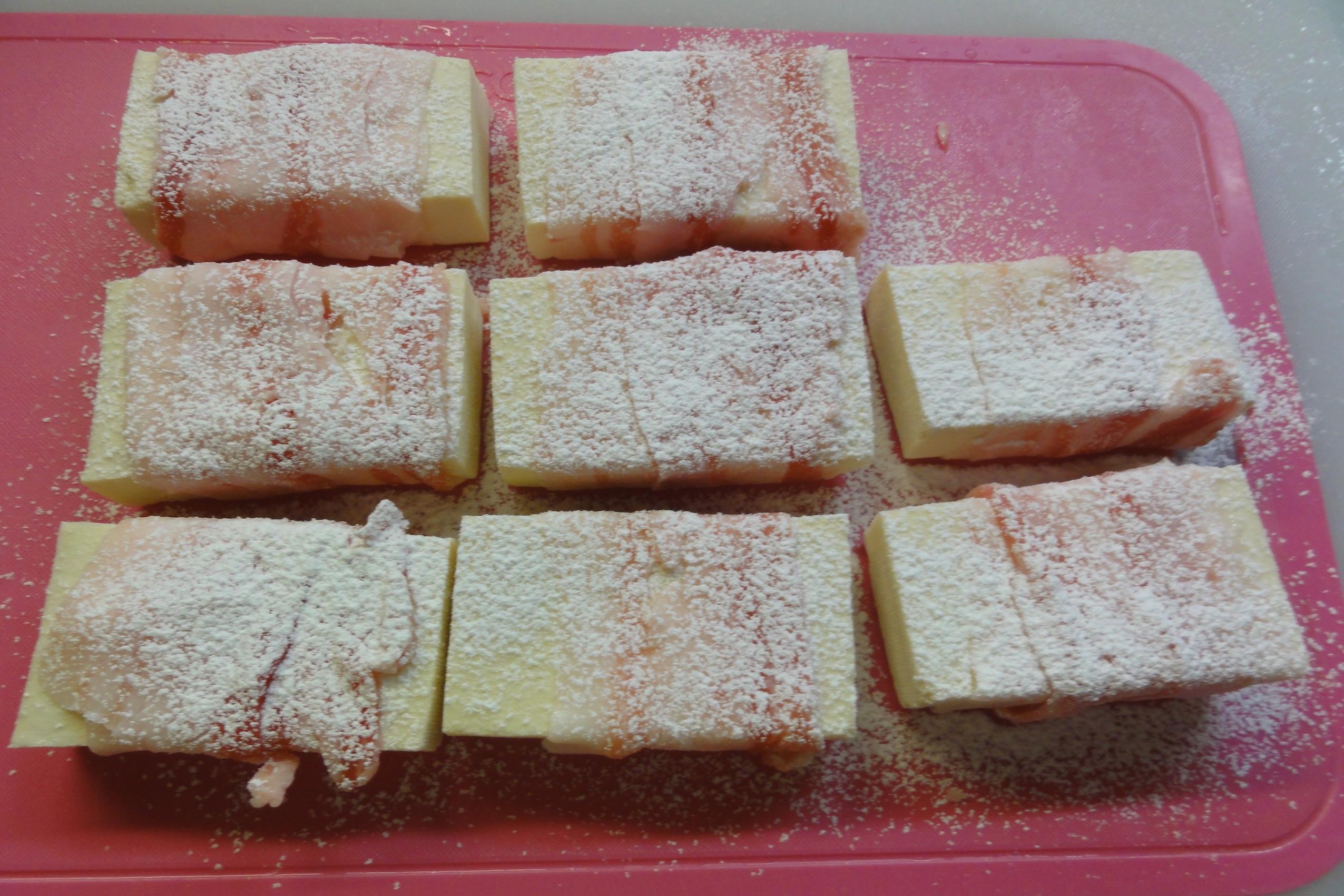 高野豆腐に豚バラを巻き米粉をまぶす