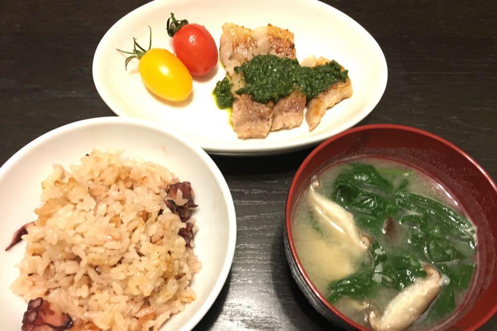 タコ飯・ほうれん草と椎茸の味噌汁・豚ソテー春菊添え
