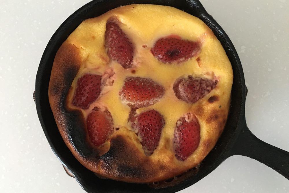 焦げたイチゴのクラフティ完成
