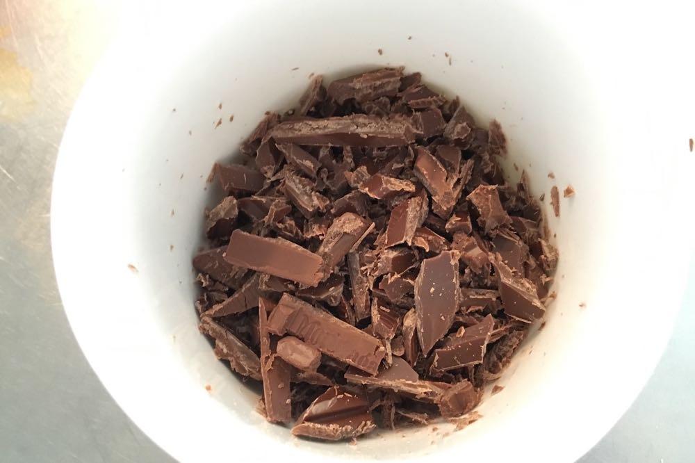 チョコは小さくカット