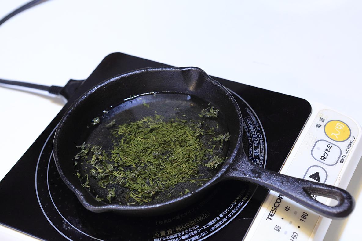 出がらしのお茶っ葉と水を入れて沸騰させる
