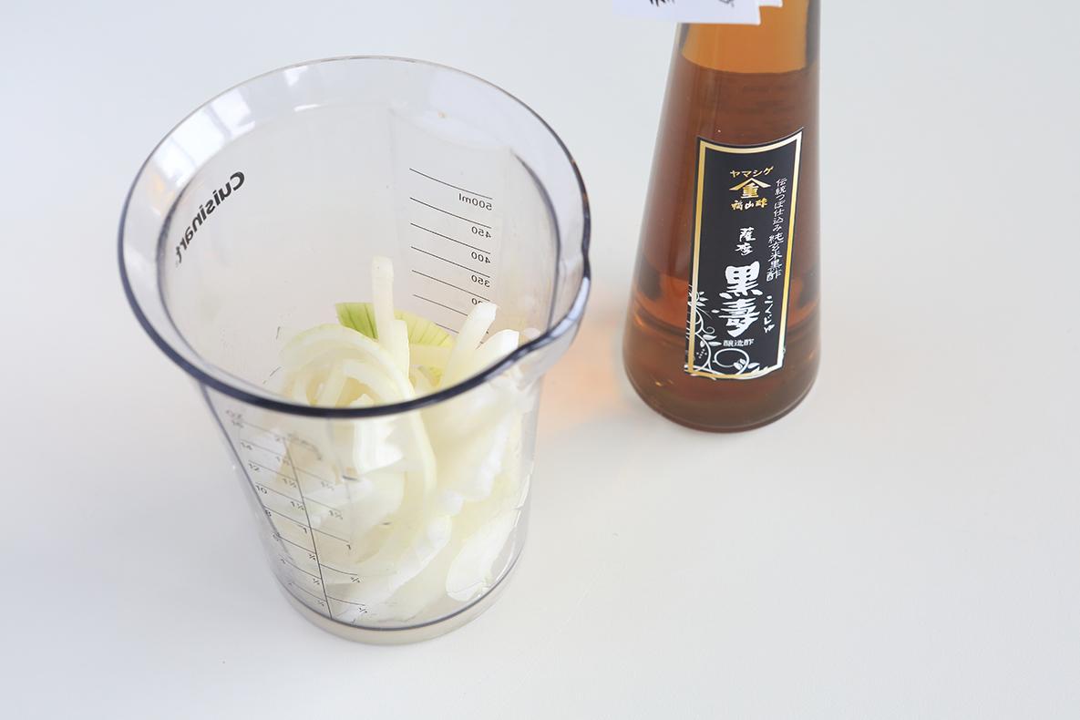 薩摩 黒壽を使って「氷酢たまねぎ」を作ります。
