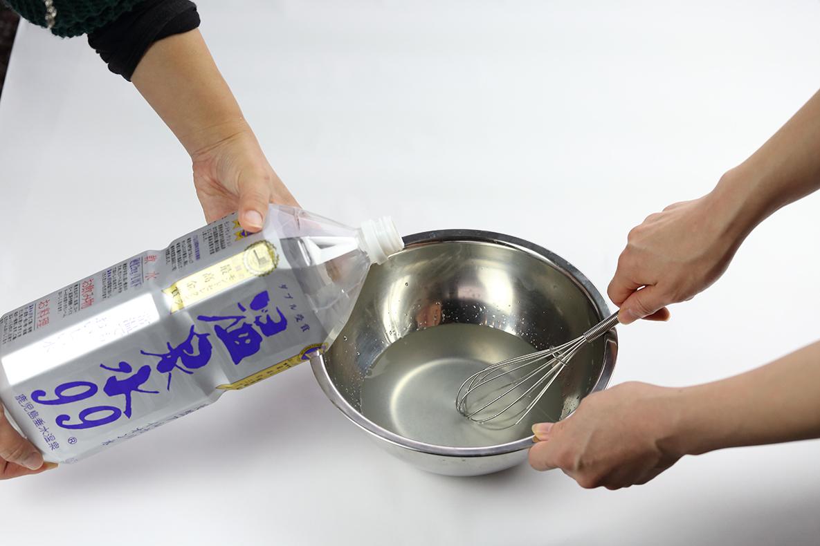 温泉水99に少しずつアガーを振り入れる