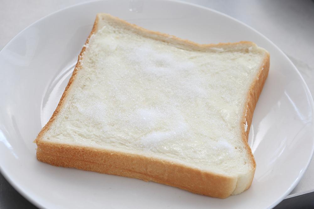 食パンにたっぷりの発酵バターとグラニュー糖