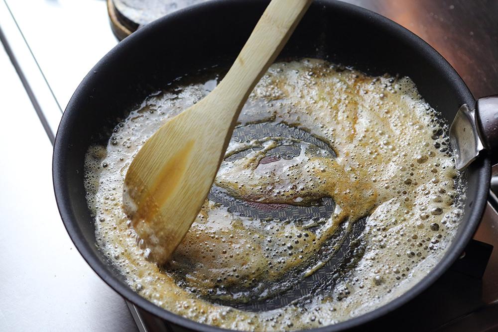高千穂発酵バターと重曹を加える