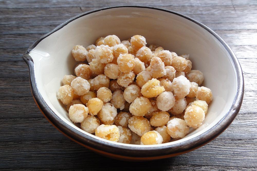 炒り大豆の砂糖がけ