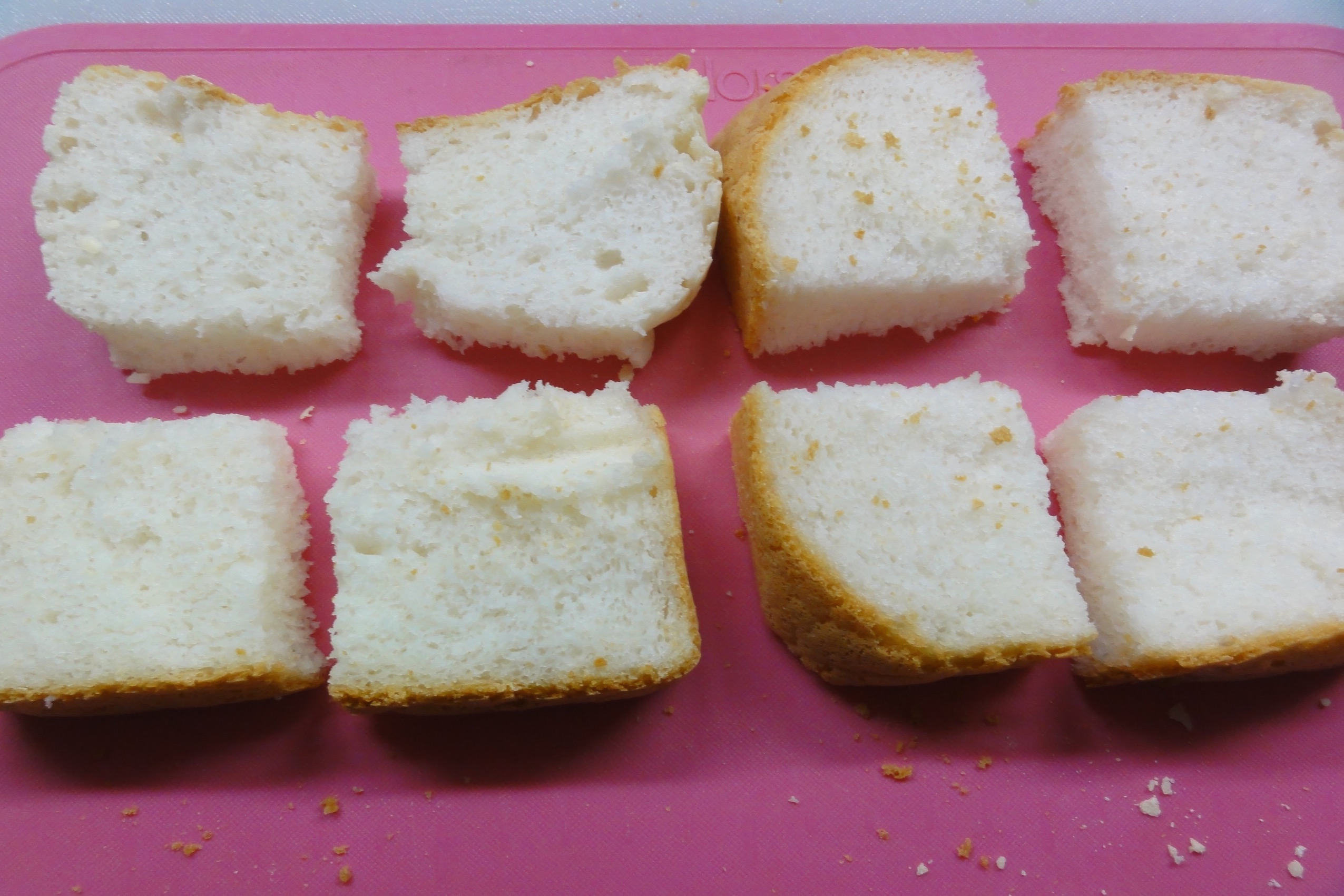 米粉パンを薄切りにする