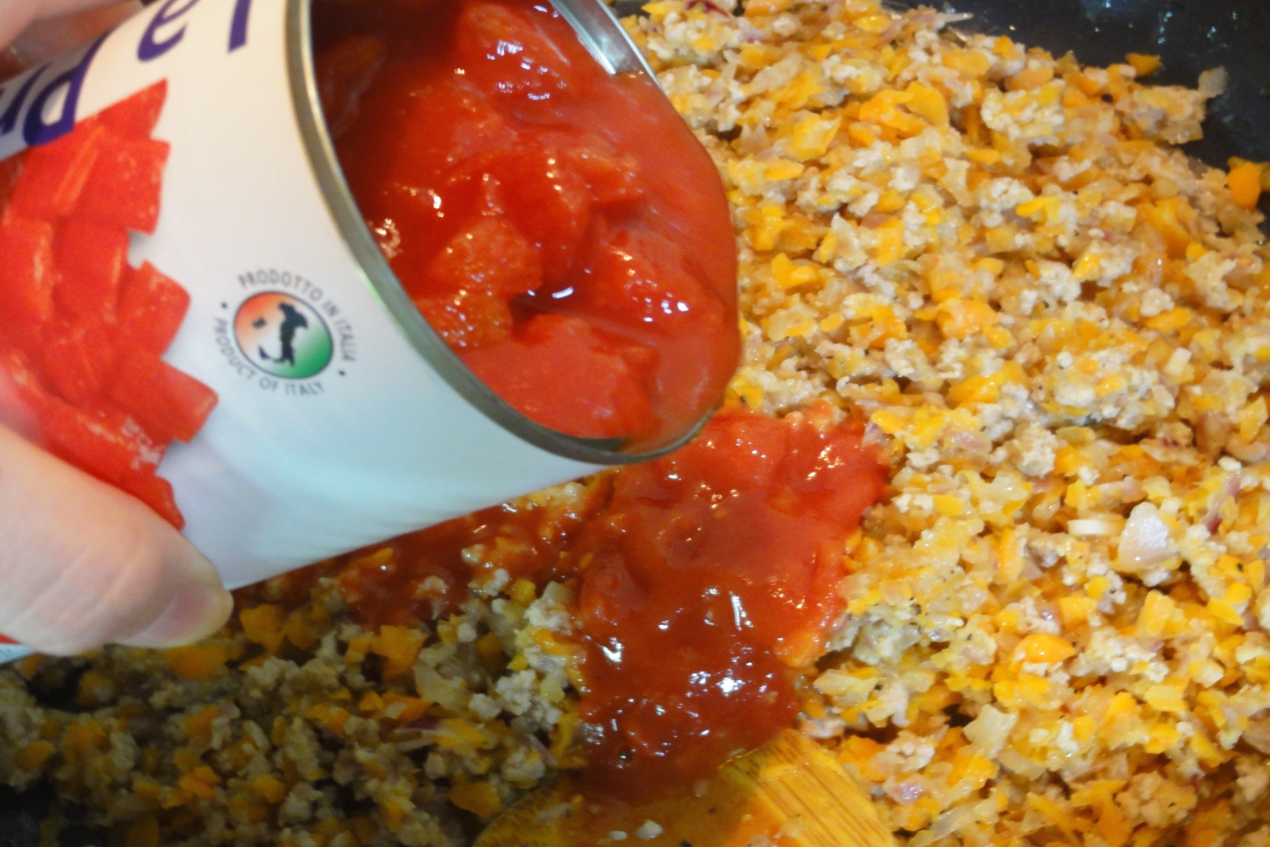 トマト缶を加える
