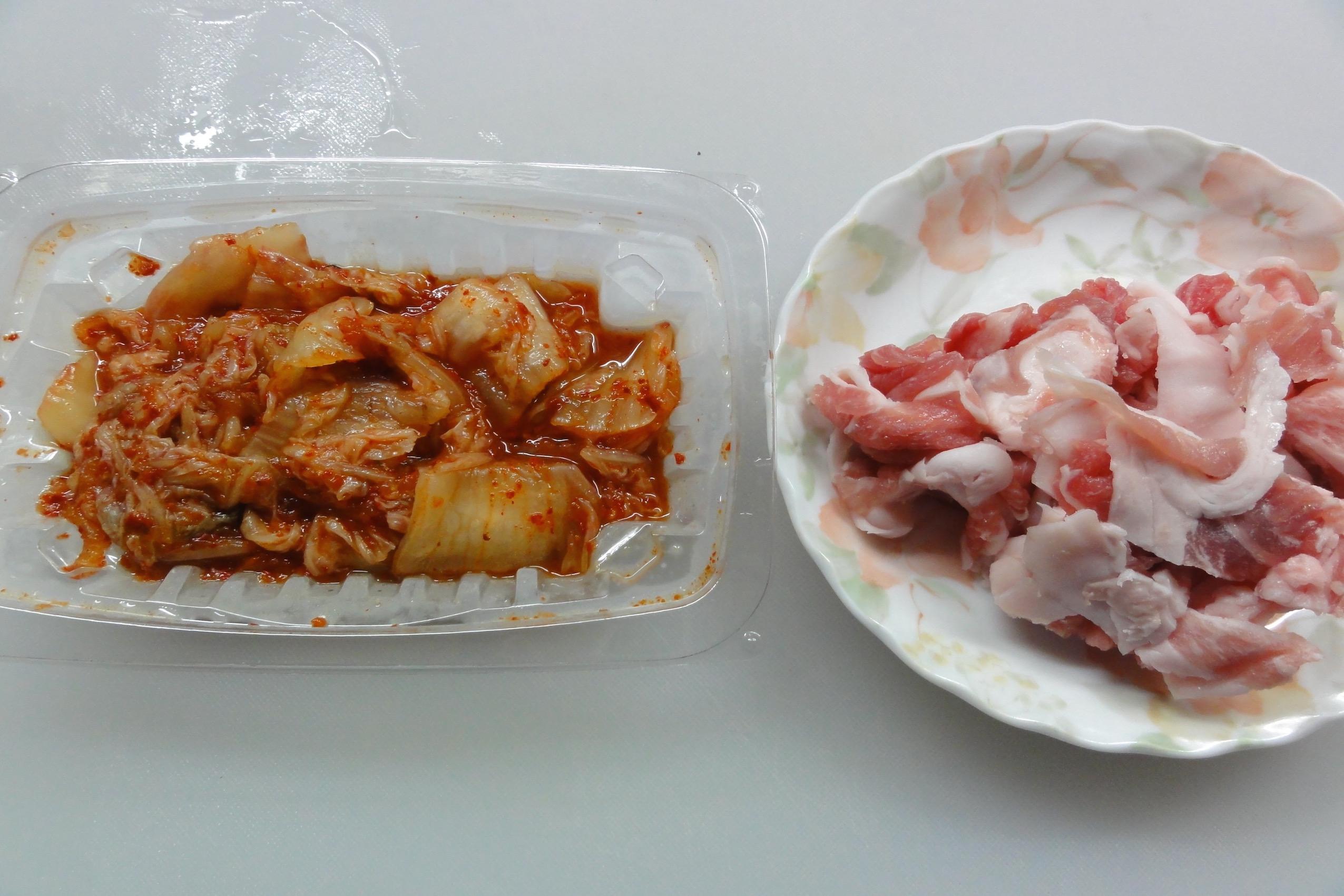 材料の豚肉とキムチ