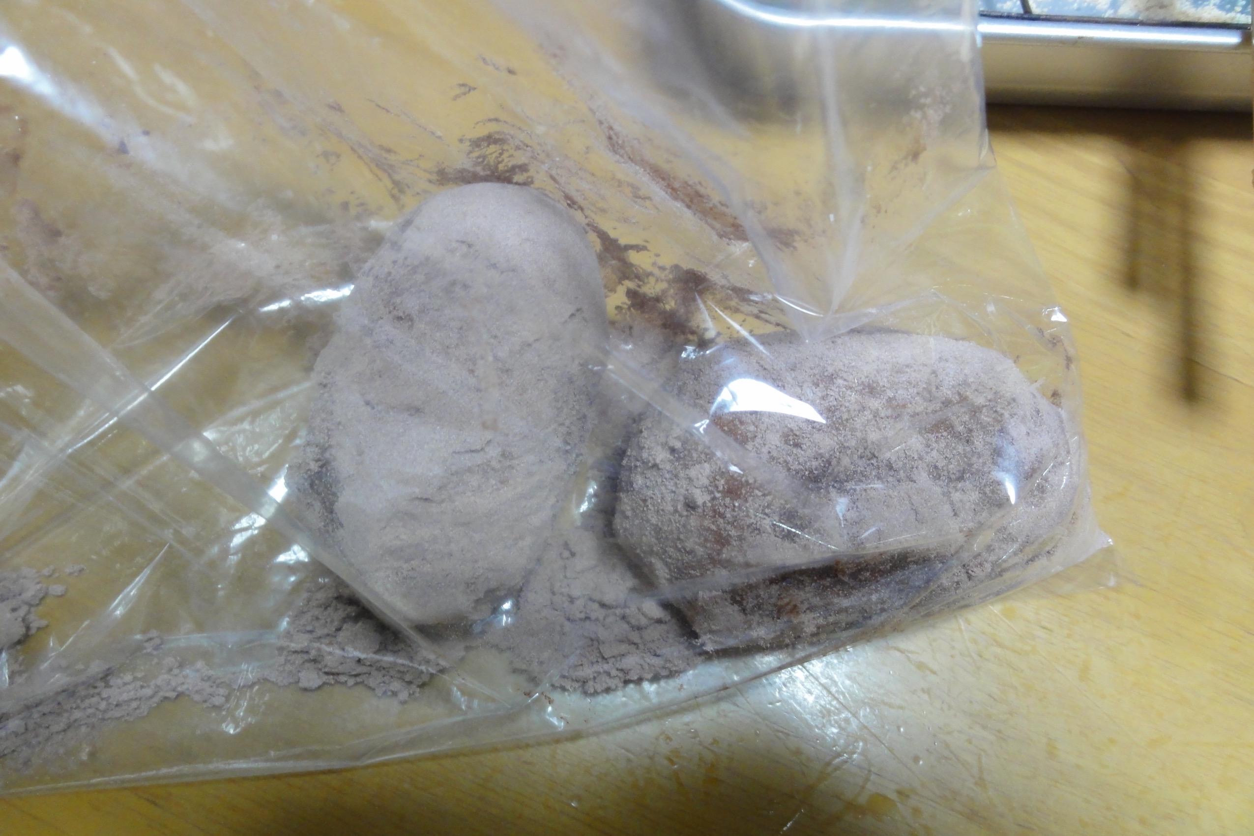 米粉パンにココアをまぶす