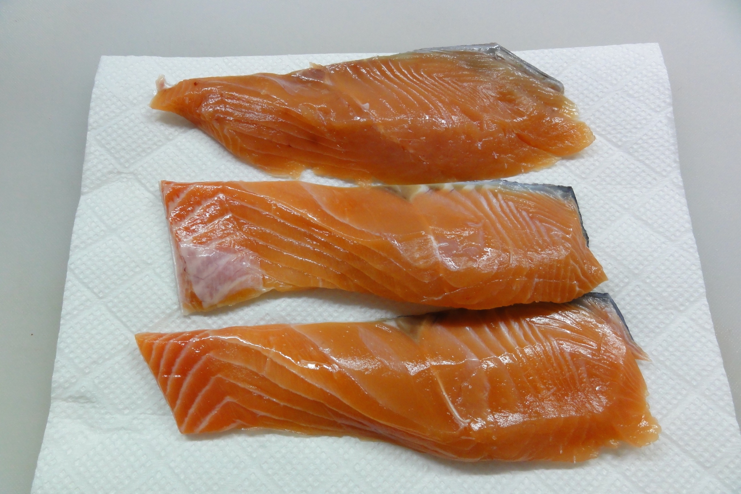 生鮭をペーパータオルで拭き取る