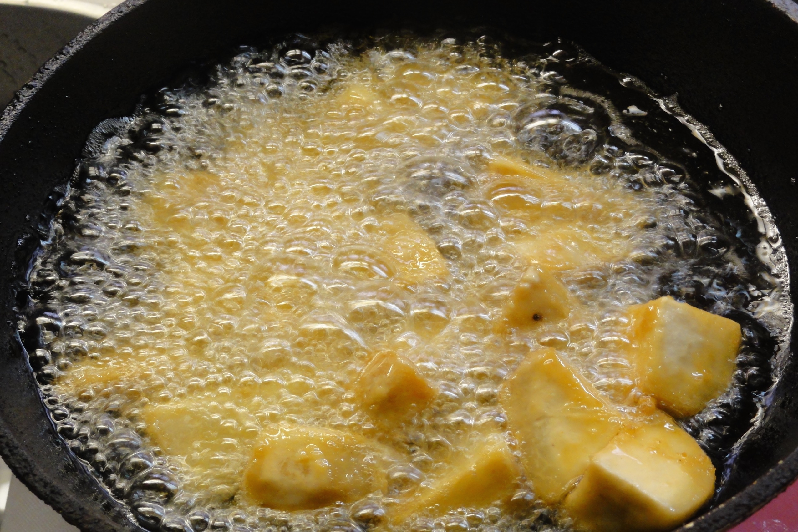 170℃の油で里芋を揚げる