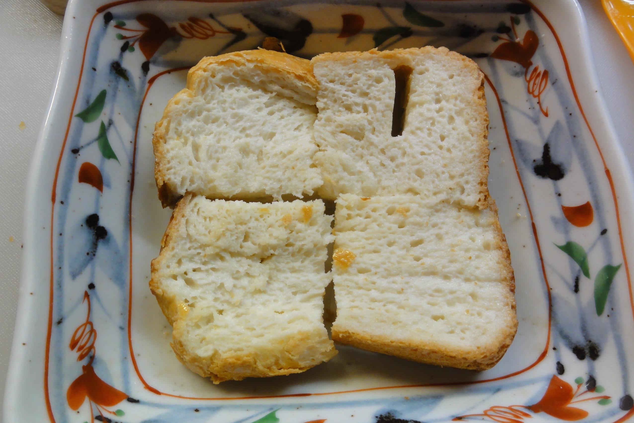 米粉パンを卵液に浸す
