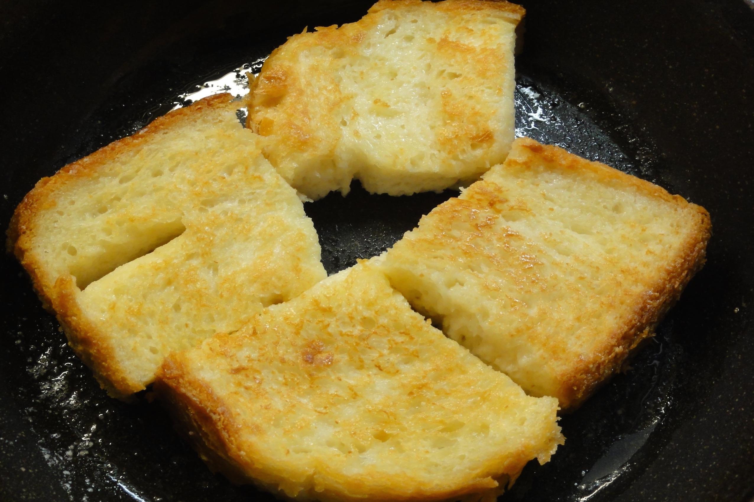 米粉フレンチトーストをフライパンで焼く