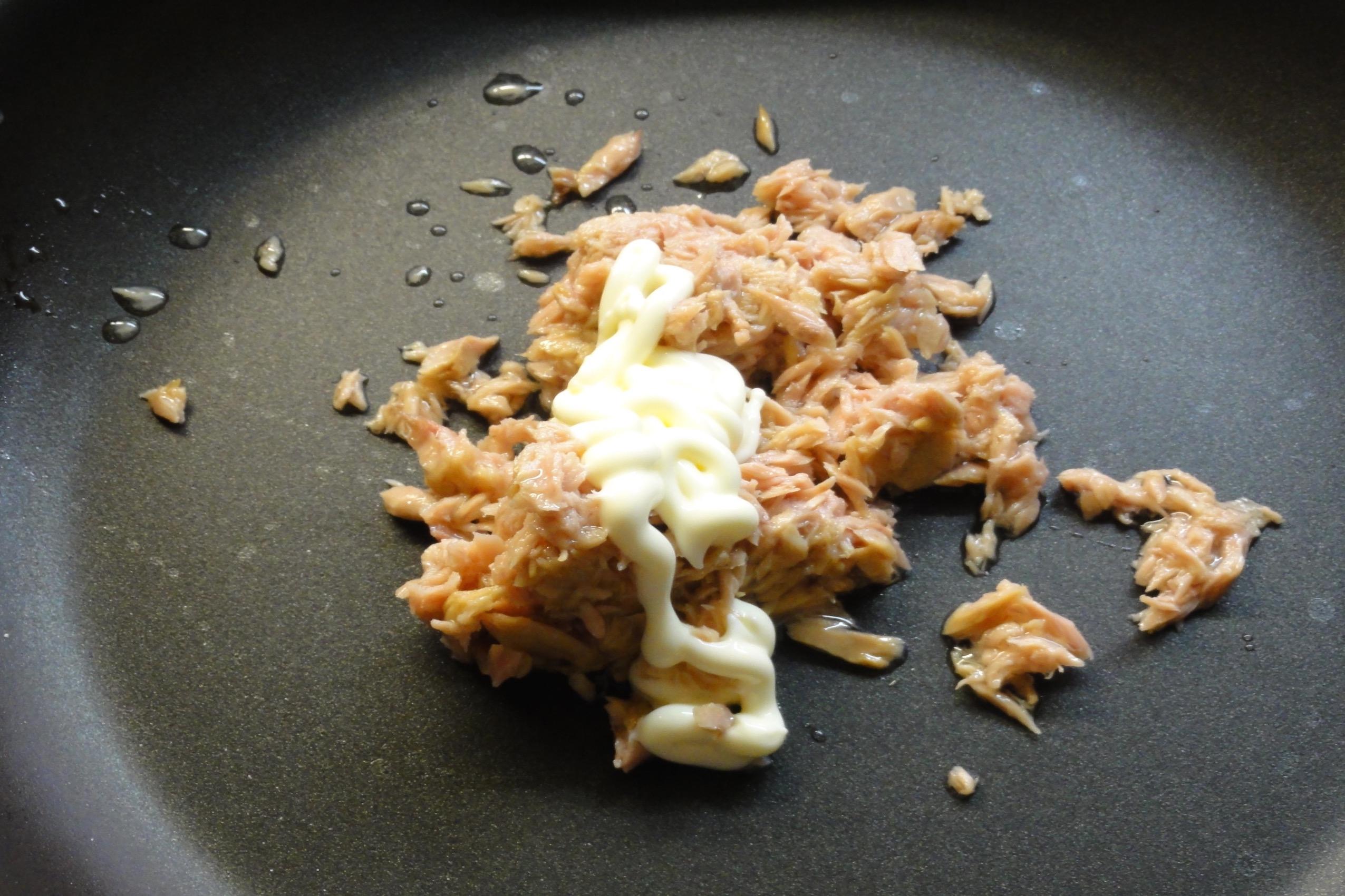 ツナと卵なしマヨネーズを炒める