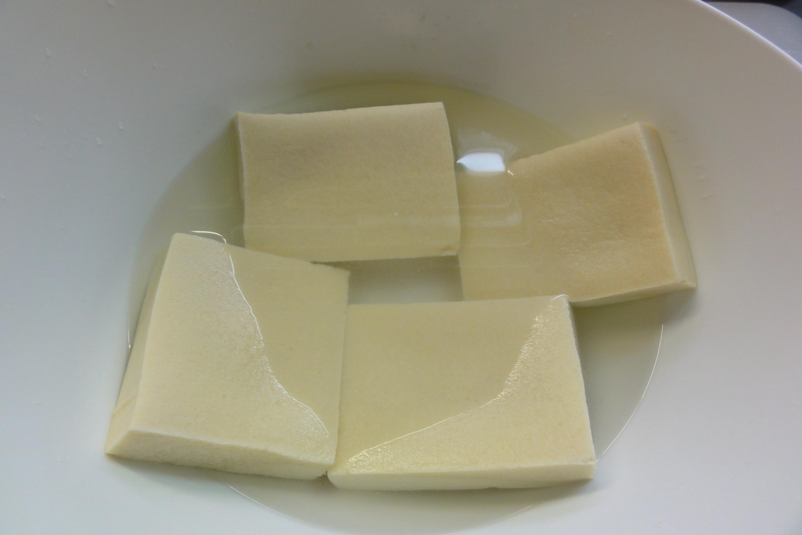 高野豆腐をぬるま湯でもどす