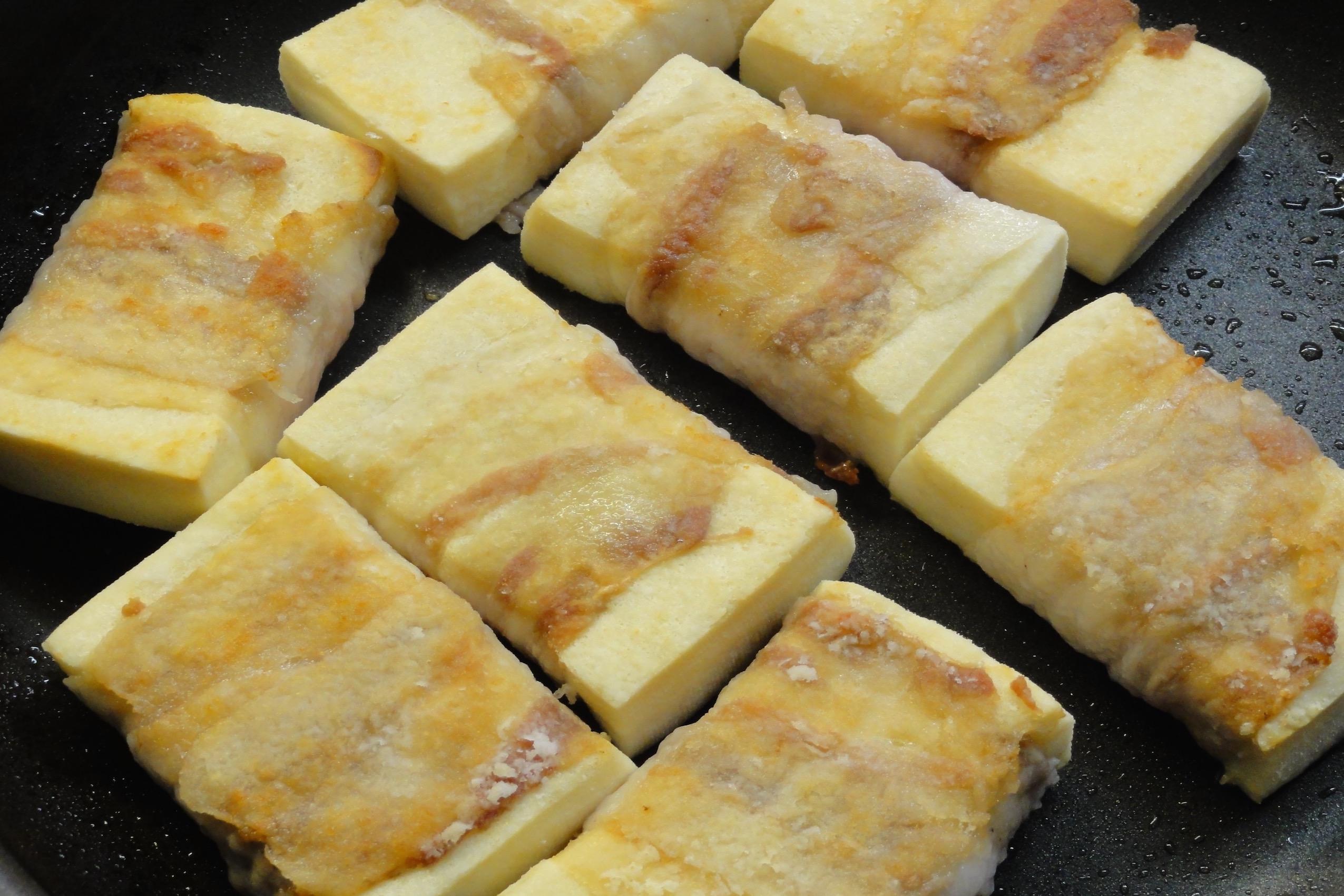 豚バラを巻いた高野豆腐に焼き色をつける