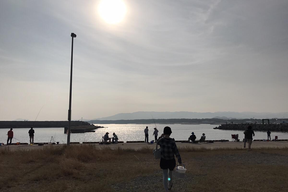 朝日に向かい釣りに挑む