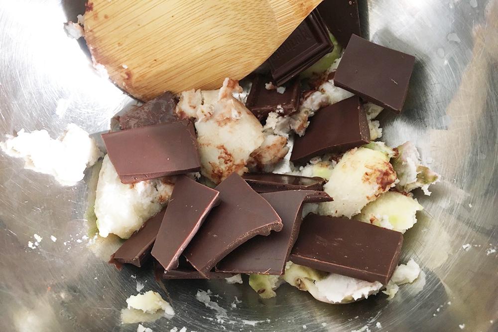 ビターチョコと里芋を混ぜる