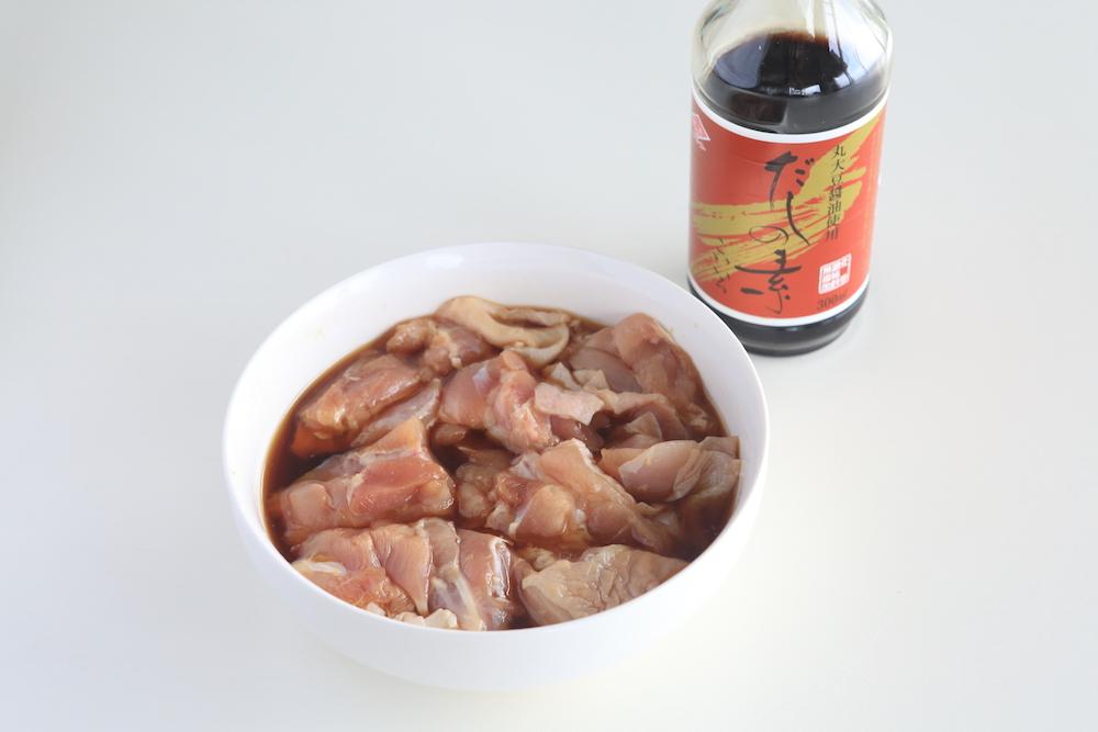 鶏モモ肉にだしの素こいいろとにんにく・しょうがを漬け込みます。