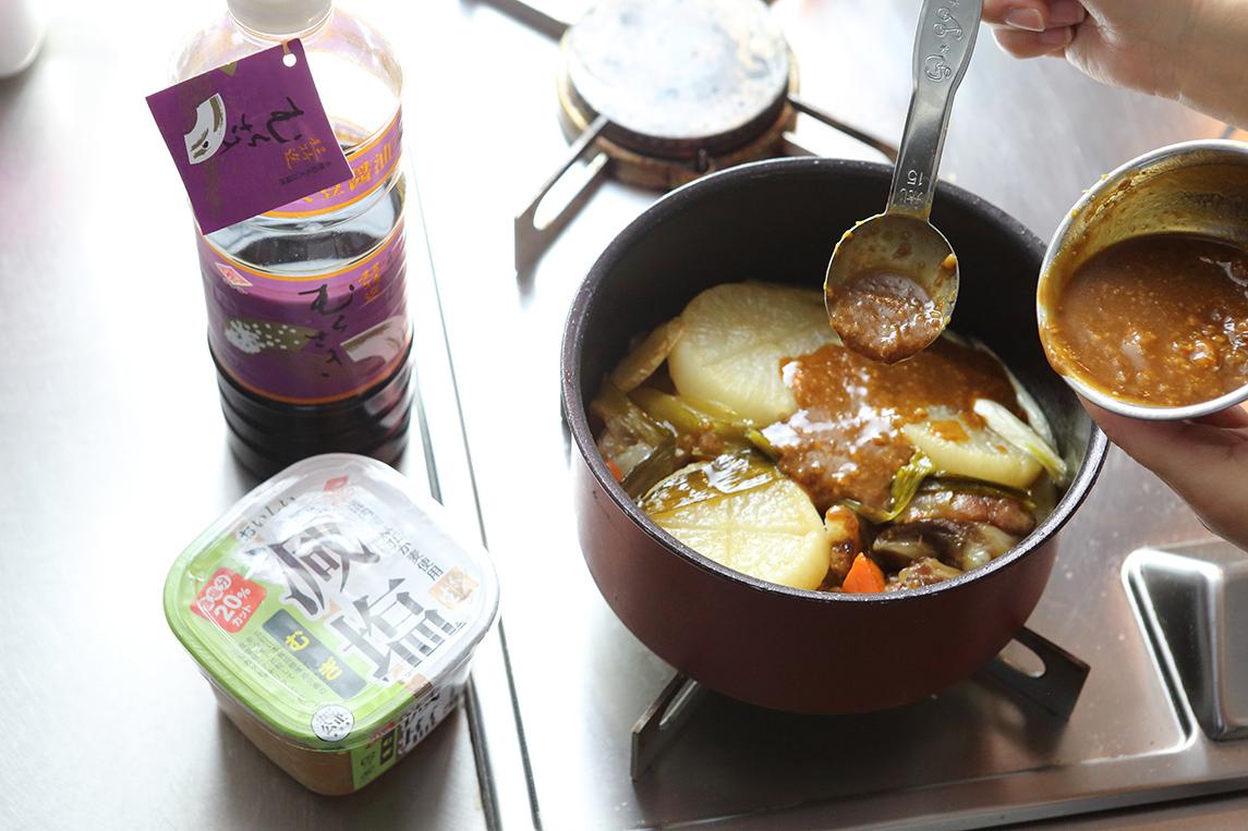 チョーコー醤油減塩むぎと超特選むらさきで味付けの仕上げ