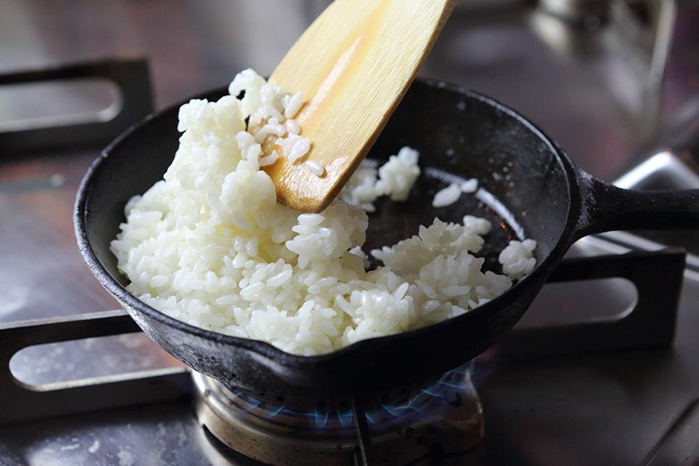 ごはんと高千穂発酵バターを炒める
