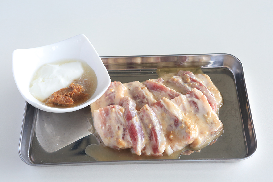 豚バラブロックをカットし、高千穂牧場プレーンヨーグルト・味噌・はちみつに漬け込みます。