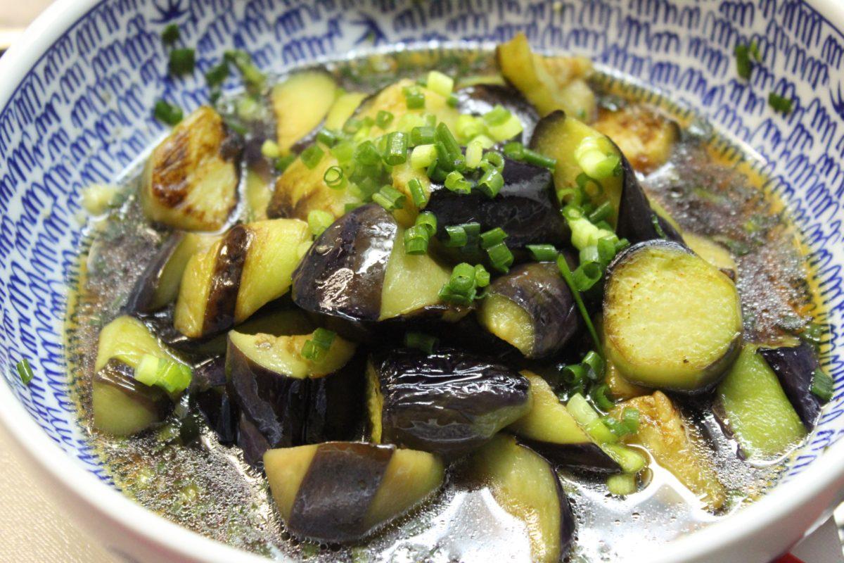 材料:オクラ・豆腐・塩・麺つゆ・鰹節・(大葉) 1、オクラを洗い、少量の塩で板ずりをする 2、へたを切り、耐熱の皿に入れ、レンジで2分加熱 3、粗熱をとり、カットした豆腐(切らずに崩しても)麺つゆと鰹節をのせて完成!(お好みで大葉を刻んでも) 料理というほどのものではないですが、食欲が落ちている時にぴったり。豆腐のたんぱく質がオクラと一緒に摂取することで、吸収が良いそうです♪ 続いての料理は、今年もたくさんいただいたナス。